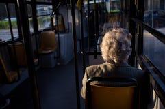 老妇人在公共汽车上 免版税库存图片