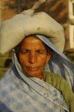 老妇人在加德满都尼泊尔 免版税库存图片