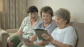 老妇人在家谈话互相 影视素材