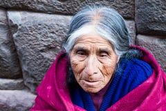 老妇人在库斯科,秘鲁 库存图片