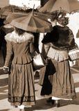 老妇人在有乌贼属作用的葡萄酒衣裳穿戴了 免版税库存图片
