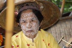 老妇人在浮动市场, Damnoen Saduak,泰国上 免版税库存图片
