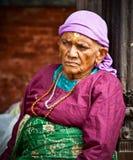 老妇人在养老院,加德满都,尼泊尔坐 图库摄影