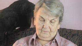 老妇人坐在扶手椅子在恶意嘘声旁边 股票录像