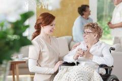 老妇人坐轮椅 免版税库存图片
