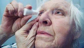 老妇人投下她的眼睛 特写镜头射击 免版税库存照片