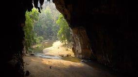老妇人收集在大洞底部的棒鸟粪与流动从肠的河的 Tham Lod洞泰国 股票视频