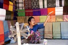 老妇人松捻大麻制成的绳索在龙目岛,印度尼西亚 库存照片