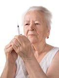 老妇人注射器为做胰岛素射入做准备 图库摄影