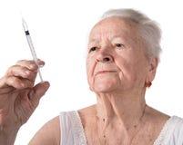 老妇人注射器为做胰岛素射入做准备 免版税库存图片