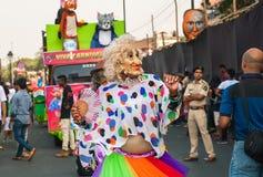 老妇人演员跳舞室外在传统印地安狂欢节的人群 免版税库存图片
