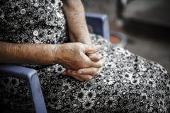 老妇人的手。前辈的手 免版税图库摄影