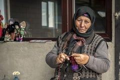老妇人编织的袜子 图库摄影