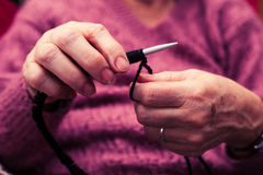 老妇人编织 免版税库存照片