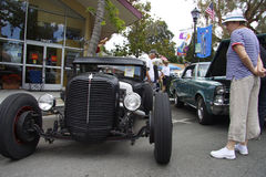 老妇人考虑福特模型A 1930年 免版税库存照片