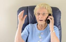 老妇人联系在电话 免版税图库摄影