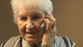 老妇人联系在电话 股票录像