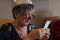 老妇人读取信函 库存照片
