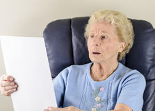 老妇人读取信函 库存图片