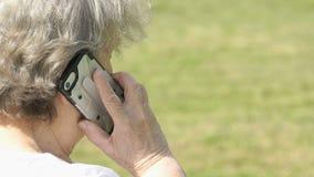 老妇人谈话与使用巧妙的电话的亲戚 股票录像