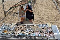 老妇人谈话在海滩 免版税库存图片