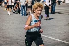 老妇人赛跑者竞争 库存照片