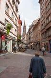老妇人走的法国城市 免版税库存图片
