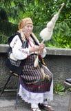 老妇人转动的羊毛 图库摄影