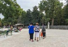 老妇人通过Tuileries庭院漫步在其中一个喷泉附近,在巴黎 免版税库存图片