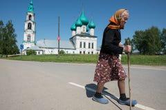 老妇人-教会的教区居民在服务以后的 免版税库存图片