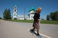 老妇人-教会的教区居民在服务以后的 库存图片