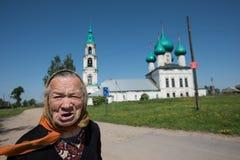 老妇人-教会的教区居民在服务以后的 免版税库存照片