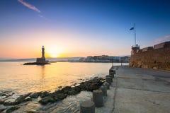 老威尼斯式口岸的灯塔在日出的干尼亚州,克利特 免版税库存图片