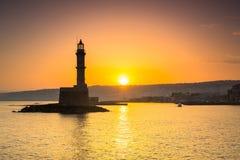 老威尼斯式口岸的灯塔在日出的干尼亚州 免版税图库摄影