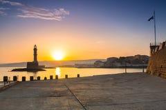 老威尼斯式口岸的灯塔在日出的干尼亚州 图库摄影