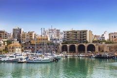 老威尼斯式港口和武库大厦在伊拉克利翁,克利特 免版税库存图片