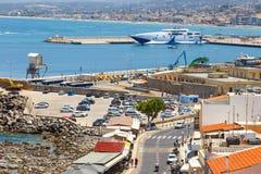 老威尼斯式港口的都市风景在罗希姆诺,希腊 免版税库存照片
