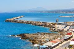 老威尼斯式港口的都市风景在罗希姆诺,希腊 免版税库存图片