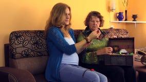 老婆婆显示她从减速火箭的胸口的怀孕的孙女首饰 股票视频