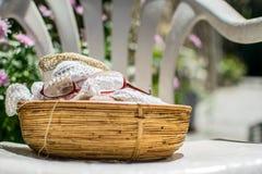 老婆婆的编织的篮子 库存图片