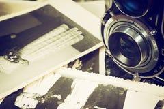 老婚礼照片和老照相机 免版税图库摄影