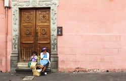老安地斯山的妇女和女孩在基多 免版税库存照片