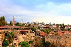 老安塔利亚,小历史的部分在现代蔓延的城市的中心 库存照片