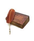 老宗教书和笔在白色背景 库存照片