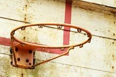 老室外篮球篮 免版税图库摄影