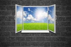 从老室的开窗口有在灰色织地不很细墙壁G上的风景的 免版税库存图片