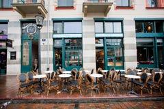老家具在雨下的餐馆外 图库摄影