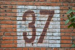 老家庭数字, 37,在砖墙 三十七 库存照片