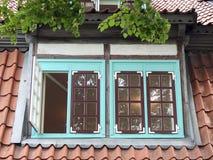 老家庭窗口和屋顶 免版税库存照片