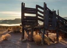老家畜装货滑道由与早晨太阳的拳参和在距离的平顶的mesas围拢 图库摄影